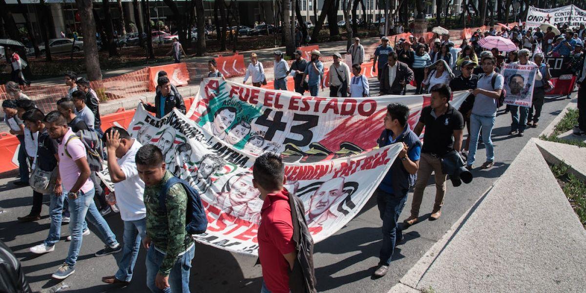 Padres de los 43 bloquean accesos a la PGR; piden mesa de diálogo