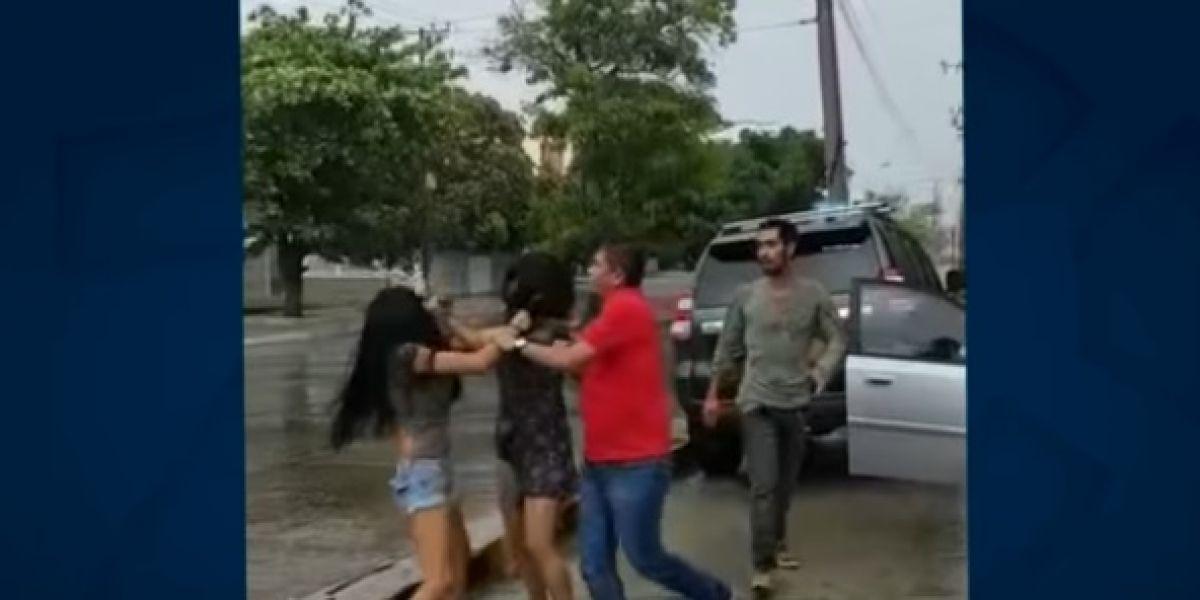 """""""De los pelos"""" se agarraron dos mujeres por un cupo para parquear en Barranquilla"""