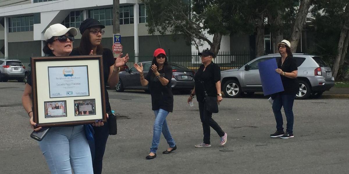 Protesta contra cierre de escuelas en oficinas de secretaria DE