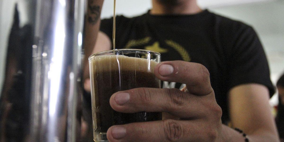 Crean cerveza de maíz rojo y azul con propiedades antioxidantes