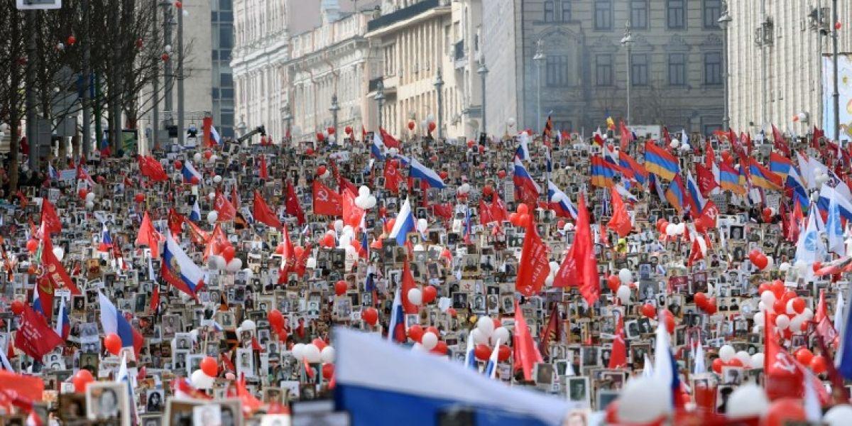 Día de la Victoria de Rusia: Sale a las calles de Moscú el Regimiento Inmortal con Putin sostenido foto de su padre