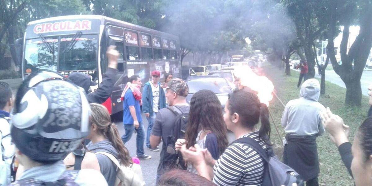 ¡Atención! Avenida Las Vegas bloqueada por estudiantes del Politécnico Jaime Isaza