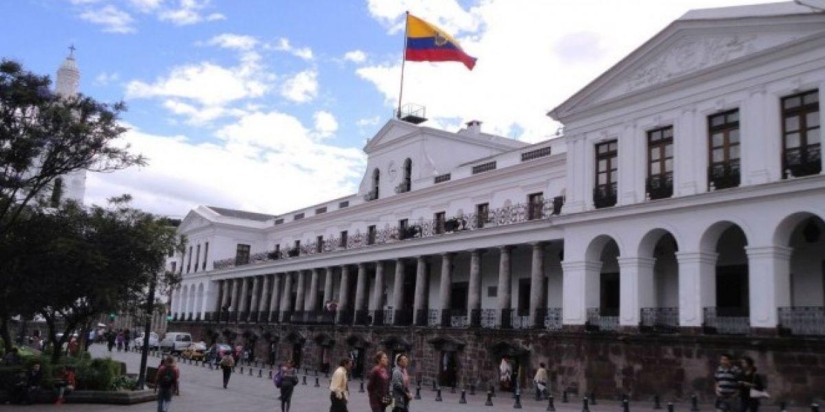 Militares evacuaron a los funcionarios y periodistas del Palacio de Carondelet por seguridad