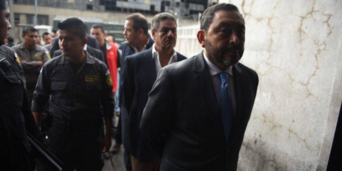 Fiscalía imputa tres delitos a exministro Mauricio López Bonilla