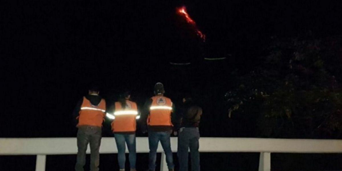 Erupción del volcán de Fuego mantiene en alerta a la Conred