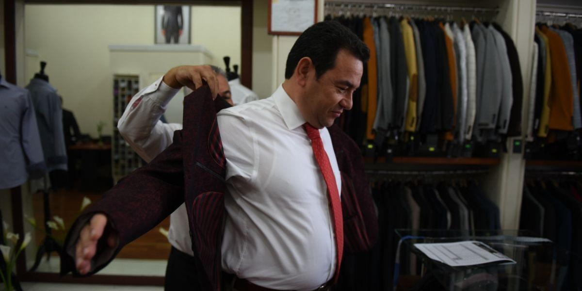 Jimmy Morales se mide nuevos trajes en sastrería que le recomendaron