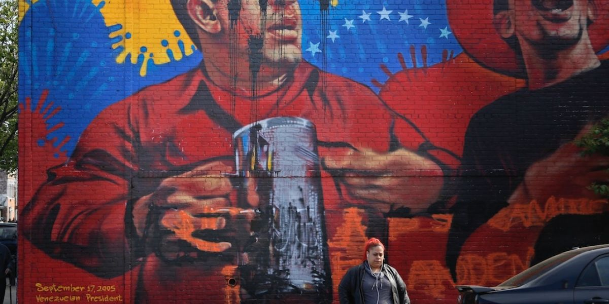 Grafiti y pintura dañan mural de Hugo Chávez en el Bronx