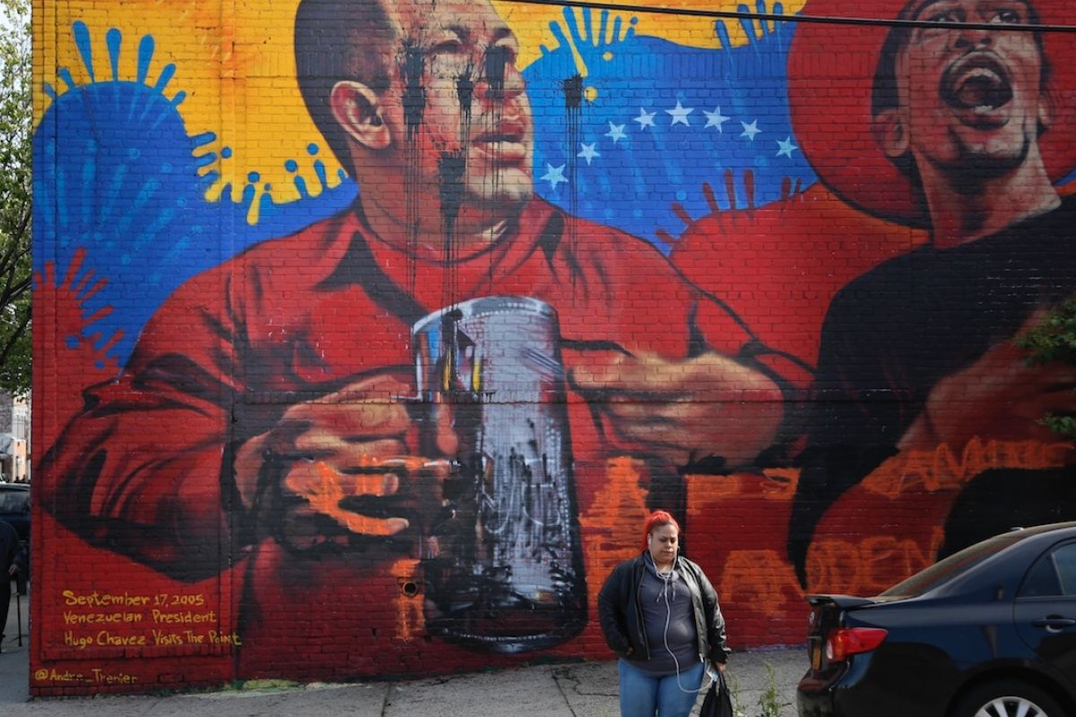 Grafiti y pintura da an mural de hugo ch vez en el bronx for Mural metro u de chile