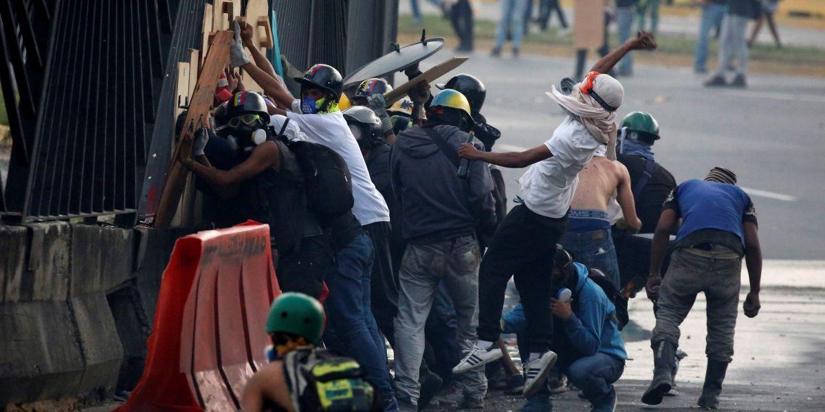 Caos aumenta na Venezuela e França pede mediação internacional