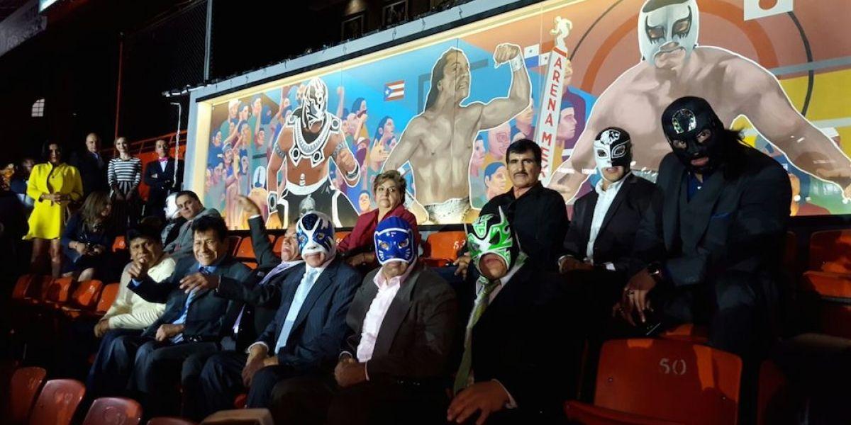 Leyendas de la lucha libre inauguran restaurante y mural en la Arena México