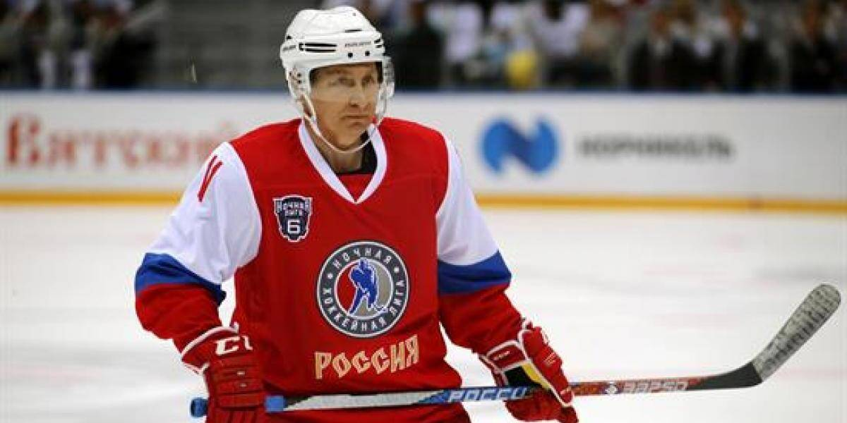 Putin no sólo es un experto en judo, también le pega al hockey