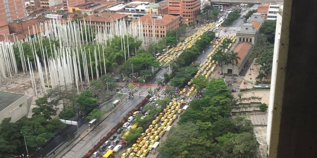 ¡Atención! Taxistas bloquean totalmente la Avenida San Juan en Medellín