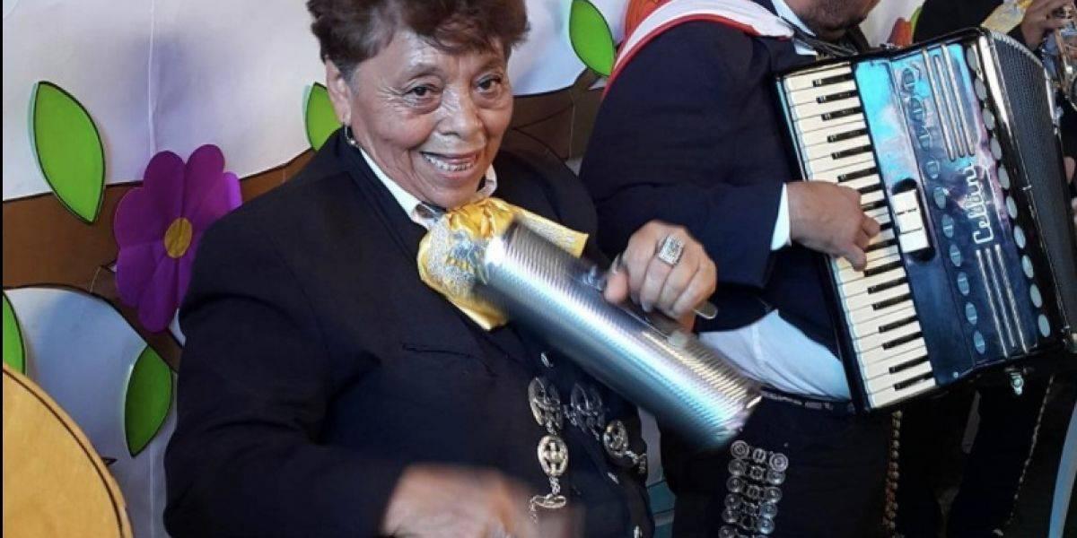 VIDEO. La abuelita guatemalteca que se gana la vida como mariachi
