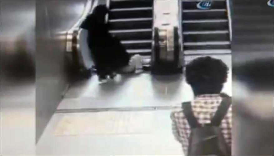 Video: este pequeño casi pierde una pierna mientras jugaba en una escalera eléctrica