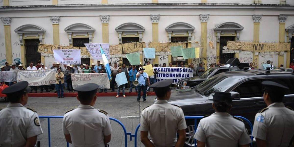 Presencia de manifestantes en el Congreso por discusión de reformas constitucionales