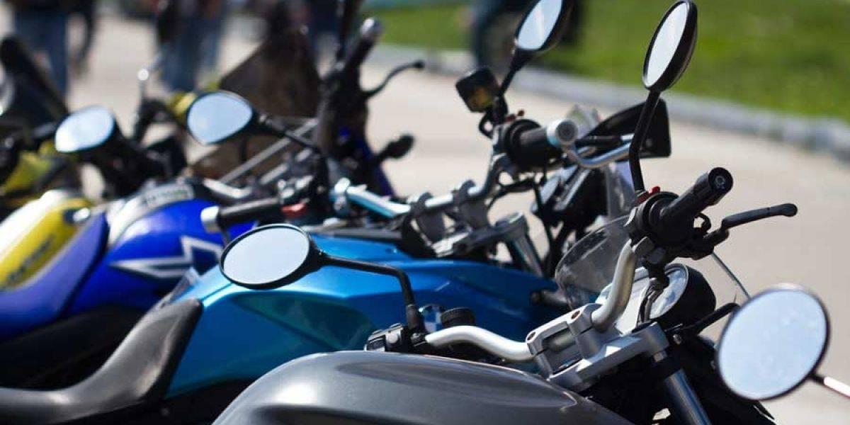 Multarán a motociclistas que insistan en parquearse en acera de zona 12