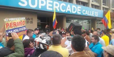 Taxistas en paro general por calles de Colombia para combatir a Uber