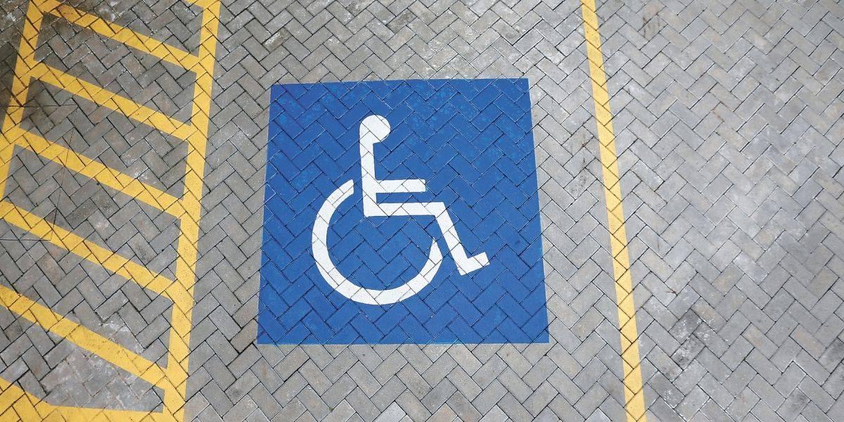 Mais de 1,6 mil foram multados por estacionar em vagas reservadas