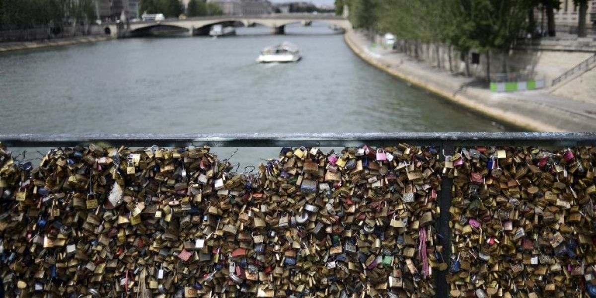 Salen a subasta los candados del amor de París por una buena causa