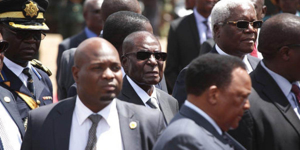 Presidente de Zimbabue no duerme en reuniones, protege sus ojos