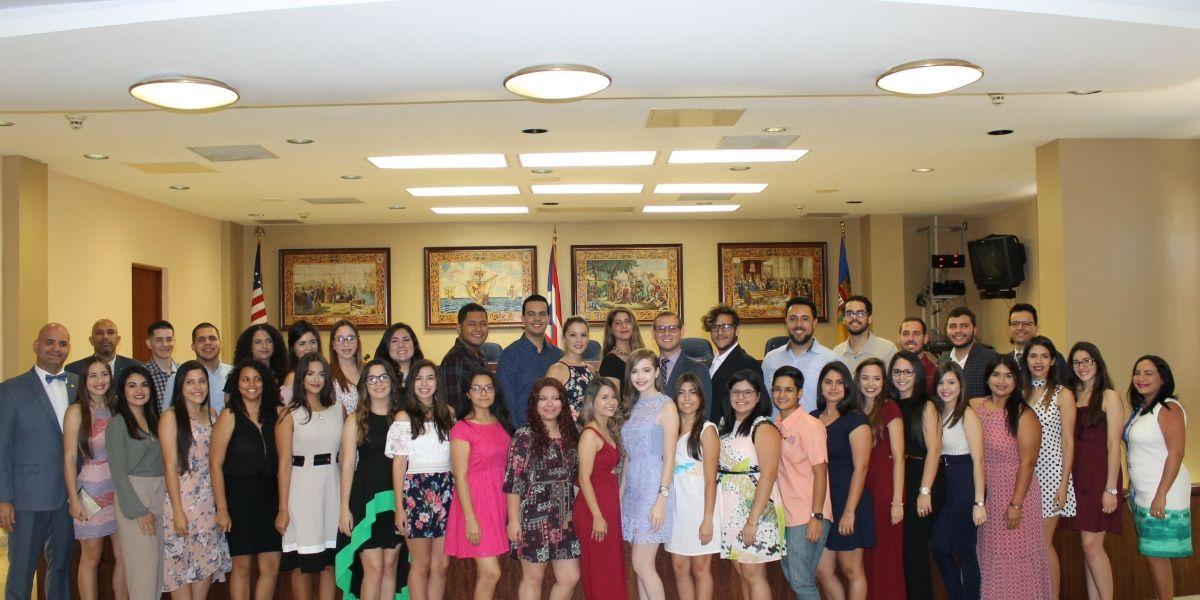 Alcalde de Aguadilla entrega Medalla de Excelencia a estudiantes de la UPR