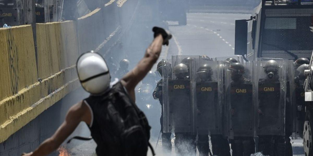 """Venezuela califica como """"armas bioquímicas"""" las bombas de excrementos lanzadas en protestas"""