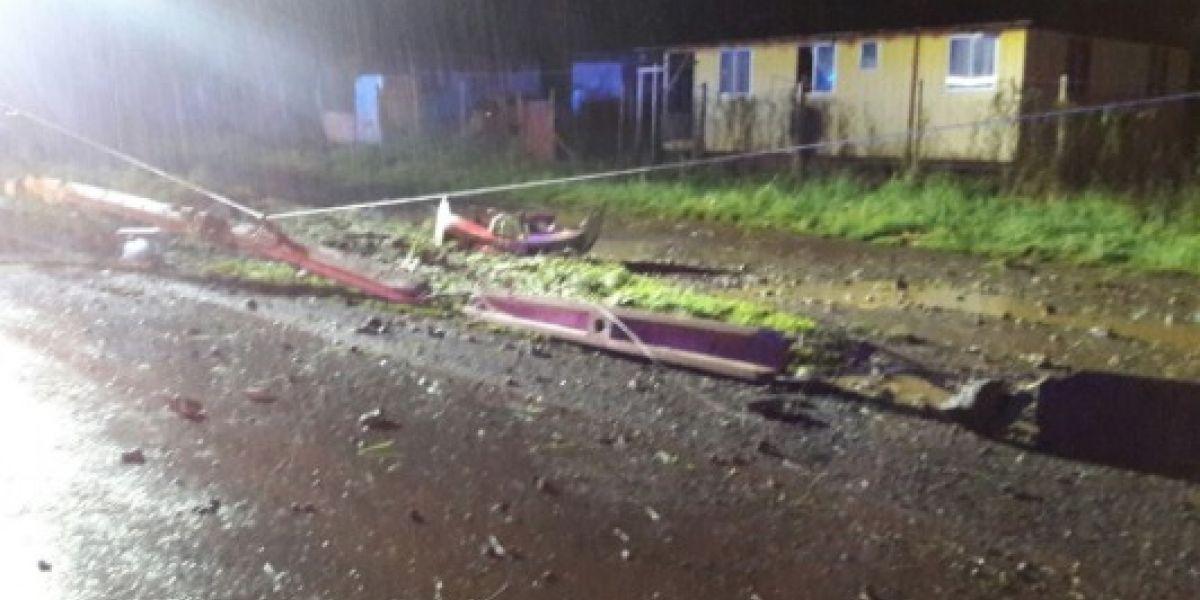 Vehículo choca contra poste y corta suministro eléctrico en Osorno