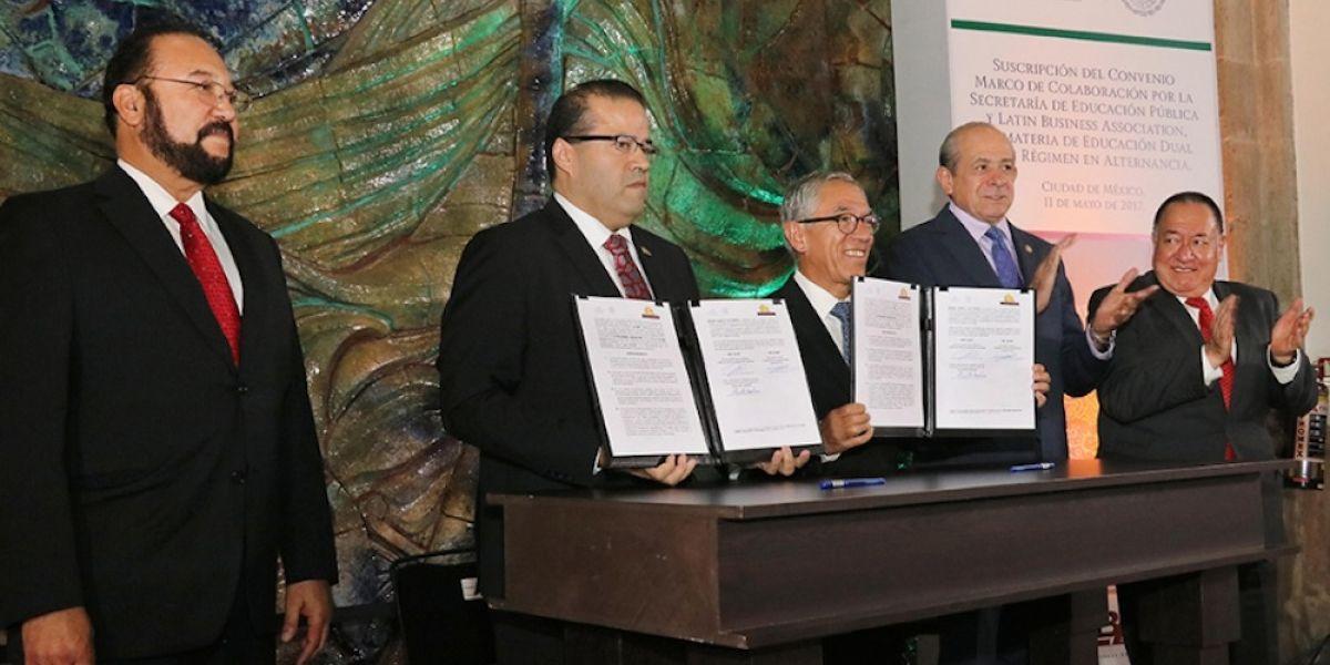 SEP firma convenio para que universitarios se capaciten en empresas de EU