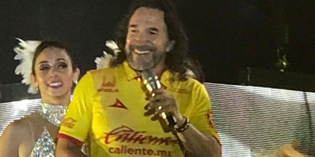 ¡No abandona! El 'Buki' presume su camiseta de Morelia en pleno concierto