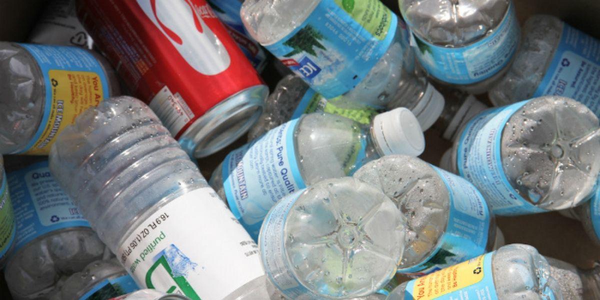 Máquina que te premia por reciclar botellas y latas llegó a Chile