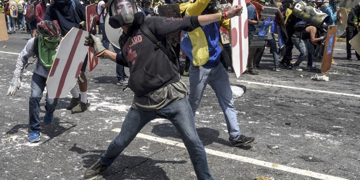 """Funcionaria tilda de """"armas bioquímicas"""" heces lanzadas en protestas en Venezuela"""