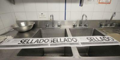 Sellan 4 restaurantes de un centro comercial por contaminar dos humedales