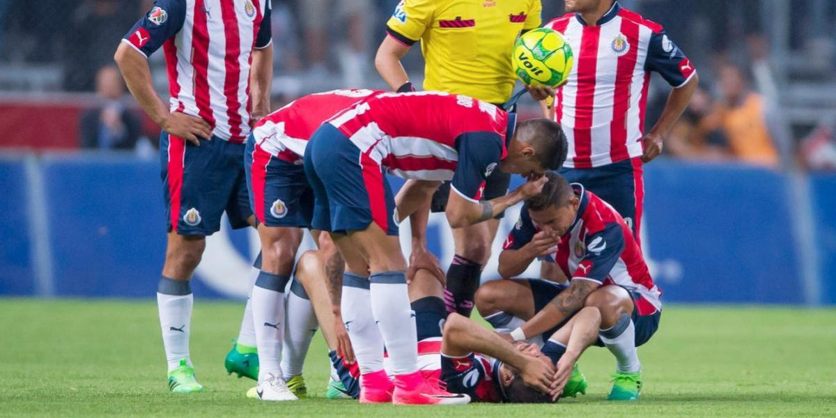 Entre lágrimas Pereira abandonó por lesión ¡Chivas y su mal!