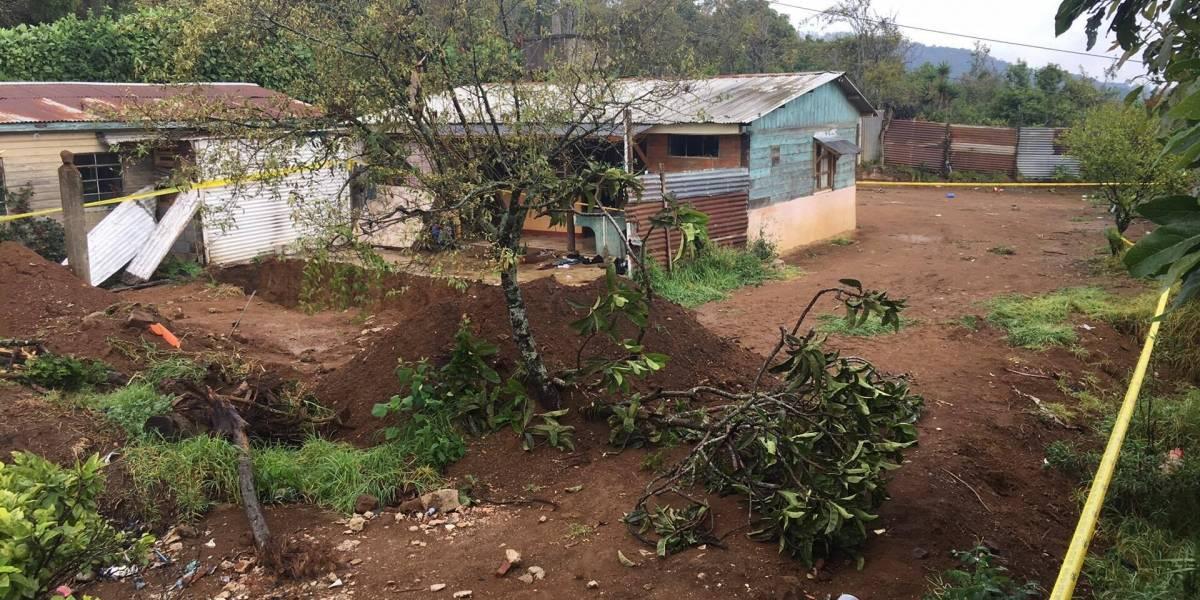 """Localizan más restos humanos en fosa hallada en """"guarida"""" de pandilleros"""