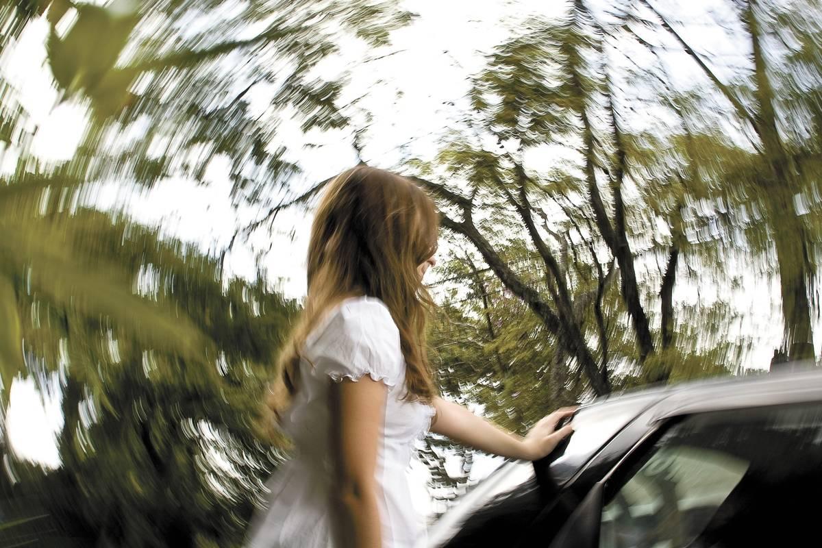 Mantenha a calma se alguém passar mal: nada de aumentar a velocidade! Pare o veículo e peça ajuda