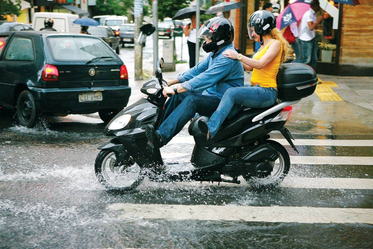 Reduza a velocidade! Em dias de chuva, vá mais devagar! Ao reduzir a velocidade, o risco de aquaplanagem cai em 30%