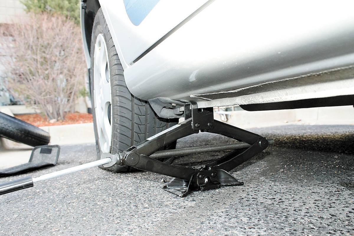 Se o pneu furar, não freie bruscamente! Tente manter o veículo em linha reta e busque um local seguro para encostar o veículo
