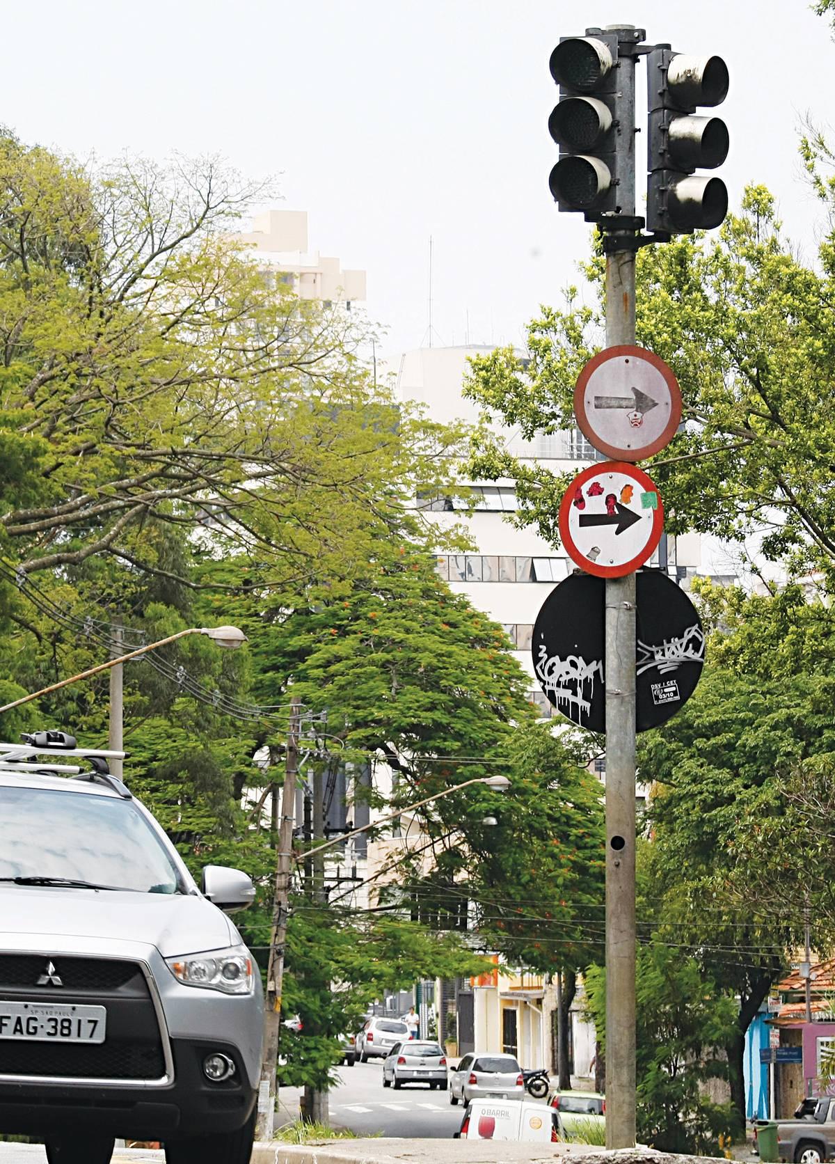 Semáforo apagado? Quando possível, evite o cruzamento ou reduza a velocidade e aguarde o momento certo para seguir