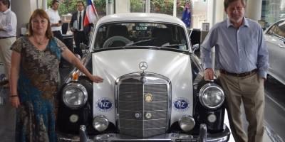 La historia del matrimonio que recorre el mundo en un Mercedes Benz de 1957