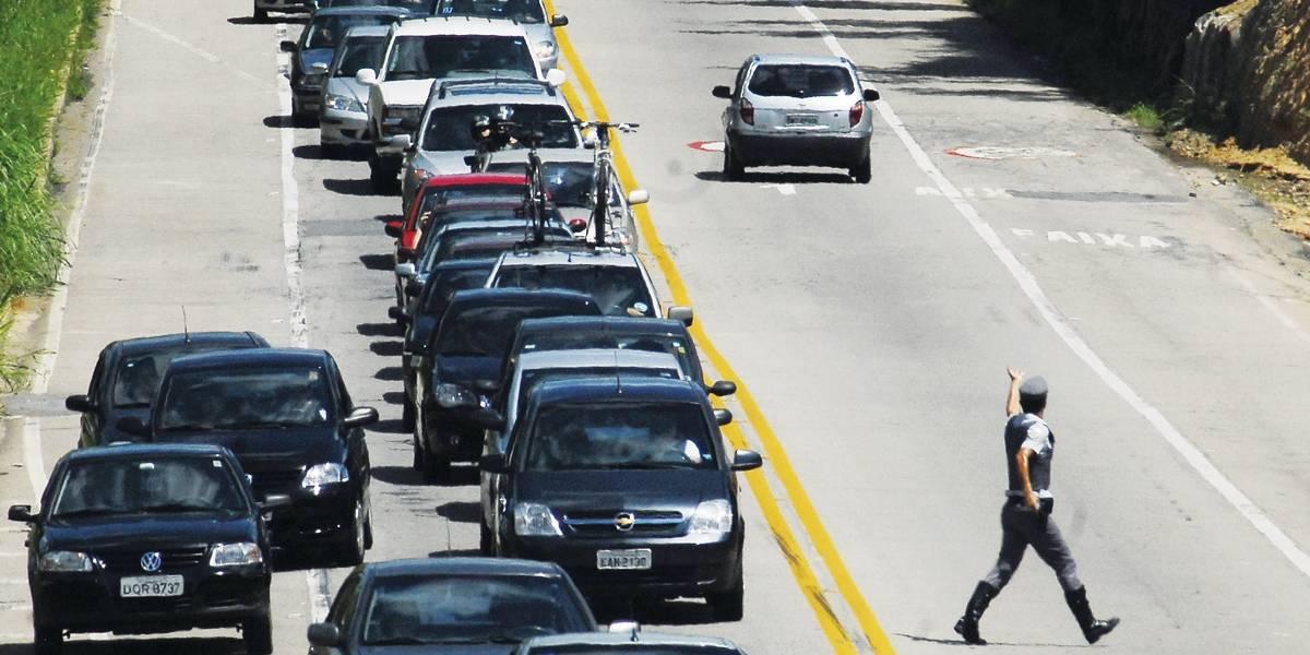 Tentativa de assalto a carros-fortes interdita Tamoios por 5 horas