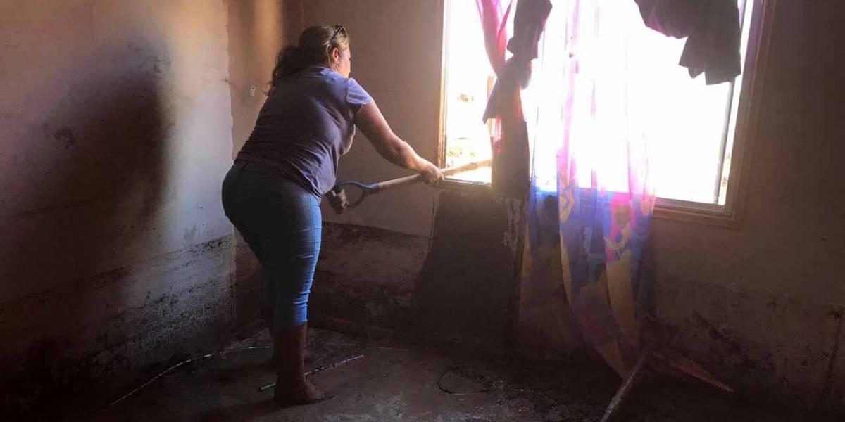 """Habitantes de Chañaral quedaron """"inundados"""" por el barro que dejó desborde del río Salado"""