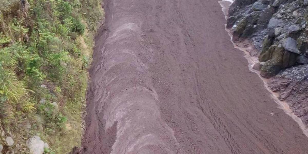 Una correntada de lodo y escombros volcánicos baja del volcán de Fuego