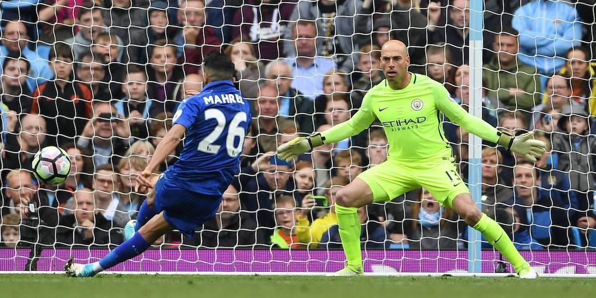 VIDEO: Jugador del Leicester anota penalti, pero lo anulan porque se resbaló