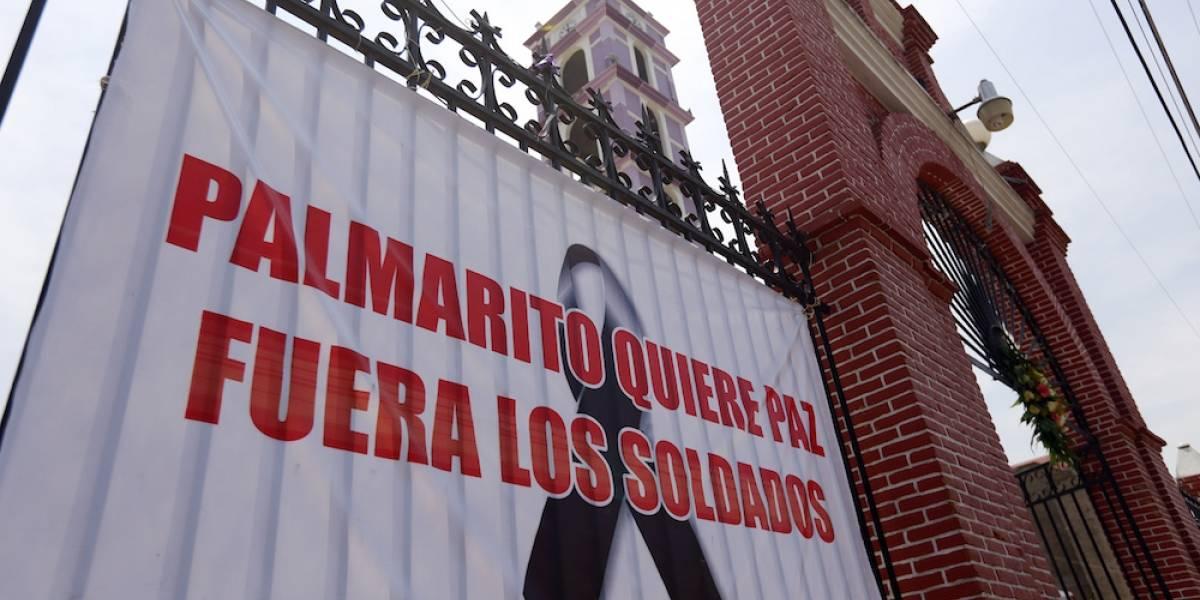 Con rosas blanca protestan pobladores de Palmarito en Puebla