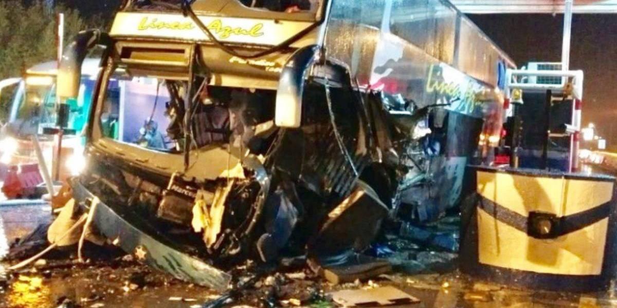 Un muerto y 11 heridos tras chocar bus de pasajeros contra peaje en Ruta 5 Sur