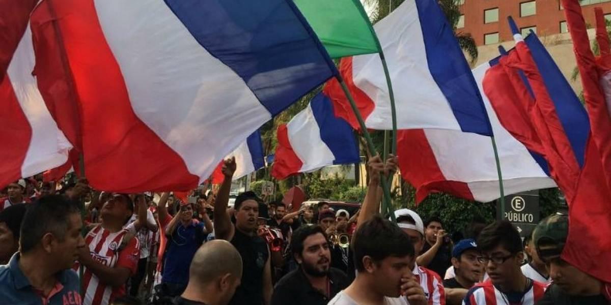 VIDEO: Aficionados llevan serenata a Chivas para alentarlos de cara al duelo ante Atlas