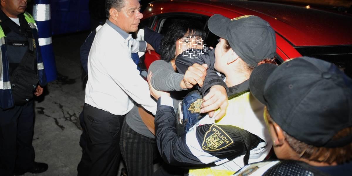 """Mujer muerde a policía para evitar ir al """"torito"""""""