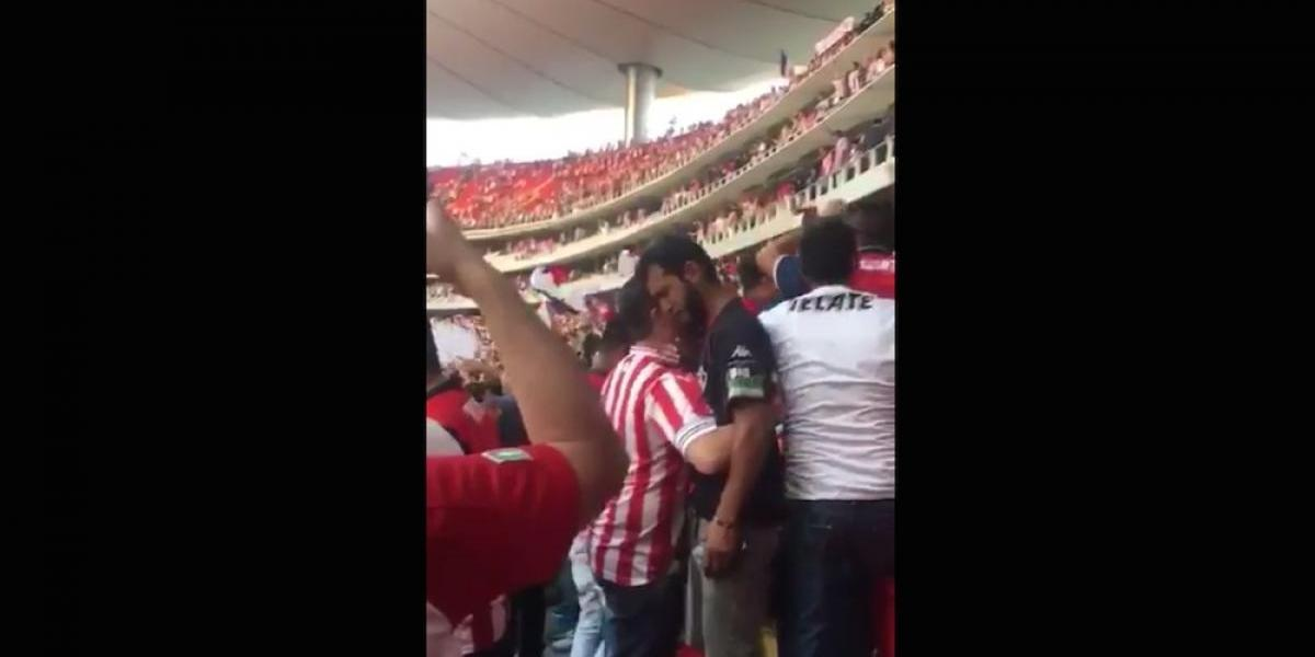 VIDEO: Aficionados de Chivas consuelan a los del Atlas tras eliminación