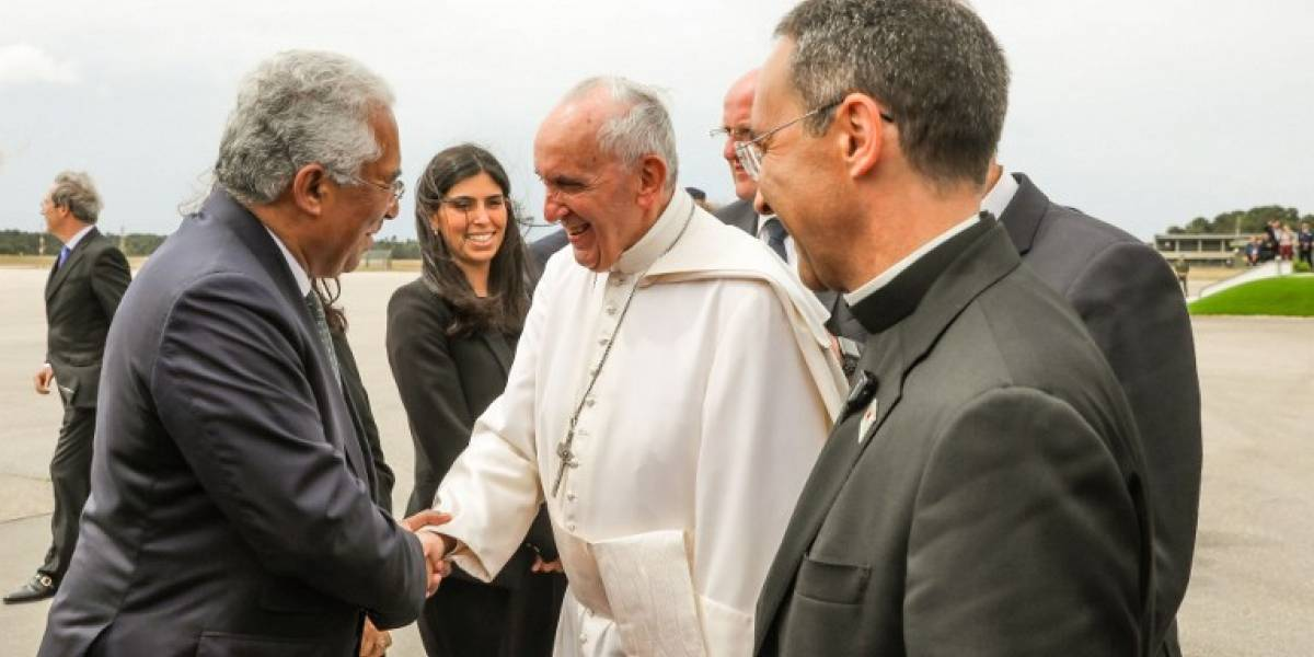 """El primer ministro portugués """"guardó"""" unos niños durante la visita papal"""