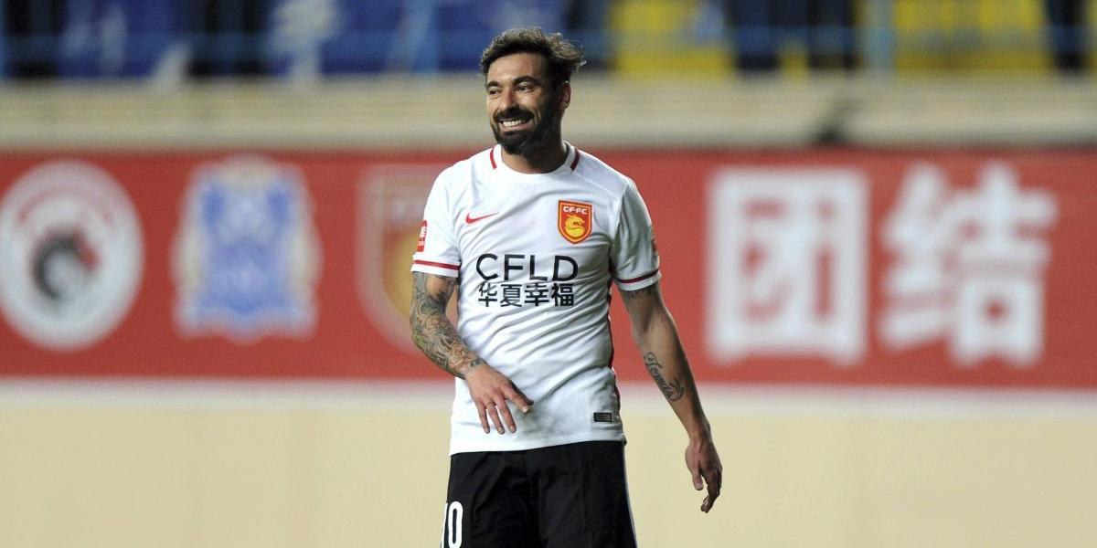 Futbolista es acusado de racista por gesto realizado en sesión de fotos